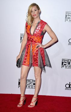 Elizabeth Banks  via The Best-Dressed Stars at the American Music Awards - Feather Magazine