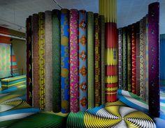 Una mostra ispirata all'arte africana con colori e pattern psichedelici - Elle Decor Italia