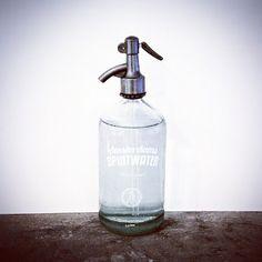 Het spuitwater van de Nieuwe Amsterdamse Spuitwaterfabriek is something different. Het water wordt gevuld en bezorgd in mooie glazen, stoere flessen. Een retro look waar wij heel erg van houden! Wat het water zo bijzonder maakt zijn de gave flessen waarin ze verkocht worden. Leuk is ook dat je de flessen bij je thuis kan …
