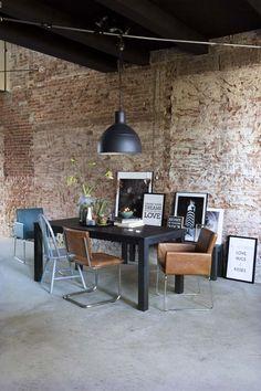 KARWEI   De keuze voor verschillende stoelen bij de zwarte tafel geeft de eethoek een speels karakter. #eetkamer #wooninspiratie #Karwei