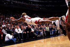 5. Ce basketteur est sûrement un fan de superman. Attention tout de même à la chute ; il risque de ne pas apprécier. Publicité