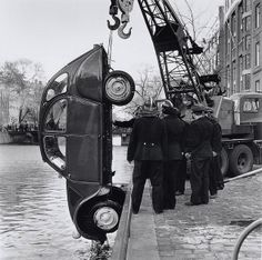 Shit happens    Rescue team pulling a Citroën 2CV out of an Amsterdam channel, 1961.    (Foto: Ben van Meerendonk / AHF, collectie IISG, Amsterdam)