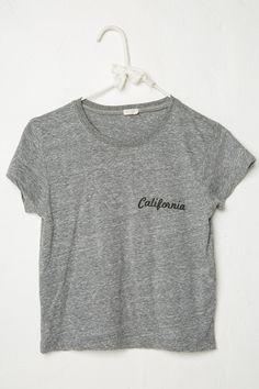 La camiseta es gris y un poco negra. Es muy informal. Yo prefiero la camiseta mas de la blusa elegante. La camista es perfecto con los jeans o los pantalones cortos. Quizas.tambien la falda. Llevo la camiseta todos los dias!
