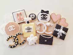 Cookies of the Chanel by C. Chanel Birthday Party, Chanel Party, Birthday Parties, Chanel Cookies, Chanel Cake, Coco Chanel, Chanel Cupcakes, Chanel Logo, Royal Icing Cookies