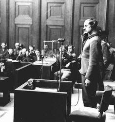 """O réu Karl Brandt testemunha durante o """"Julgamento dos Médicos"""", realizado em Nuremberg, Alemanha, de 9 de dezembro de 1946 a 20 de agosto de 1947."""