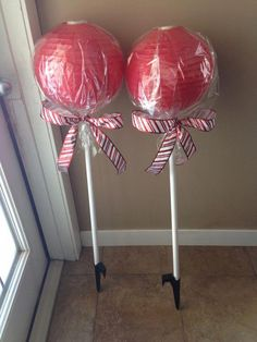 candyland decorations How to Make Awesome Christmas Outdoor Decorations Giant Lollipops Candy Land Christmas, Christmas Garden, Candy Christmas Decorations, Grinch Christmas, Christmas Diy, Outdoor Decorations, Lollipop Decorations, Antique Christmas, Handmade Christmas