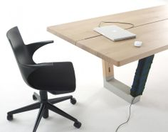 Woonkamer met een witte tafel en banken met kussens voor een luxur