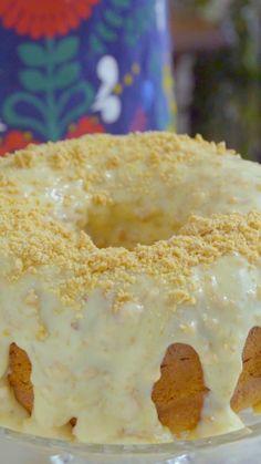 Aprecie sem moderação este delicioso bolo de amendoim com cobertura de paçoca!