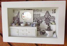 """QUADRO COM VIDRO FRONTAL - PEÇA ÚNICA - LANÇAMENTO - KITTY ARTES. Quadro de madeira , pintado de branco, decoupagem ao fundo , com motivo """"arabescado em preto e banco"""", vaso sanitário de cerâmica branca, espelho de resina, gabinete da pia em madeira, feito à mão. PRODUTO TOTALMENTE ARTESANAL Para comprar: 1 - Cadastre-se e entre com seu usuário e senha. 2 - Selecione os produtos desejados. 3 - Informe o endereço de entrega (com CEP) 4 - Faça o pedido. 5 - Aguarde o vendedor informar o ..."""