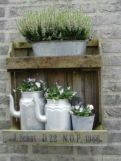 Depot Santa Mariah: A Vintage Pinch in the Garden! Garden Junk, Garden Cottage, Garden Planters, Back Gardens, Small Gardens, Outdoor Gardens, Vasos Vintage, Pinterest Garden, Garden Projects