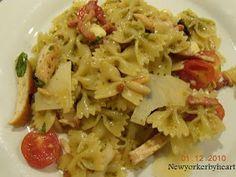 Bacon, rødløg og hvidløg steges.....   Fyldet blandes sammen......   Den friskkogte pasta vendes med pesto - og blandes i......   Drys m...