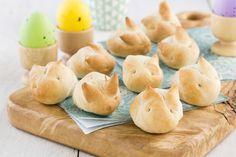 Op zoek naar leuke broodjes voor bij de paasbrunch? Deze heerlijke luchtige konijnenbroodjes zijn superschattig en heel lekker. In dit recept laten we zien hoe je van een eenvoudig wit broodje ook een konijnenbroodje kunt maken. Bekijk het recept op Bakken.nl en bak ze helemaal zelf.