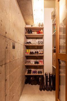 玄関には、ベビーカーやダンボールも置いておける大きな収納。三和土(たたき)の段差はガラス引き戸で間仕切りしているので、音や断熱性もあげています。  #G様邸新御徒町 #玄関ドア #玄関 #洗面 #洗面台 #狭小住宅 #インテリア #EcoDeco #エコデコ #リノベーション #renovation #東京 #福岡 #福岡リノベーション #福岡設計事務所 Wine Rack, Cabinet, Storage, Furniture, Home Decor, Clothes Stand, Purse Storage, Decoration Home, Room Decor