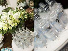Um lindo batizado com decoração em azul e branco e arranjos verdes, produzido pela Via Flor. Os docinhos, pães de mel e pirulitos da Smiles and Joy ganhara