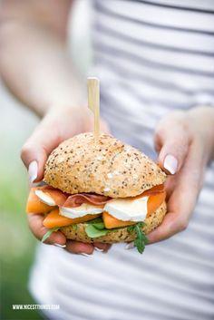 Picknickrezepte: Géramont-Melone-Schinken-Burger, Erdbeerspiesse | Nicest Things | Bloglovin'