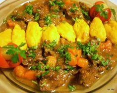 Gulasz wołowy z kluskami marchewkowymi