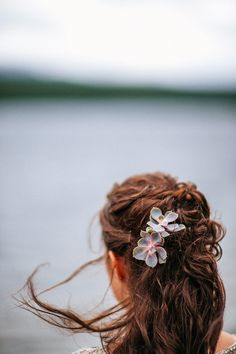 Bride wears her hair loose with fresh succulents   Photography by http://www.lakshalperera.com/