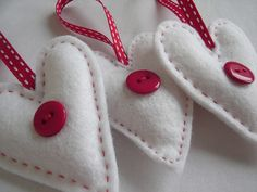 felt hearts<3...love these.  Would be cute for Christmas.