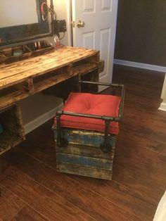 Pallet furniture, black pipe, pallet vanity, makeup table, dressing table, reclaimed pallet @pipe_and_pallet_design https://instagram.com/p/BInDPIxBYsd/