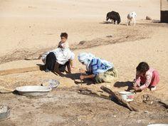 la familia trabajando en el corral