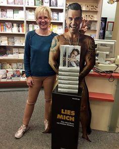Wir finden dass unsere Chefin eine sehr gute Figur neben Robbie macht   Habt Ihr euch das neue Buch von Robbie Williams schon geholt? Wie findet Ihr es?  _ Das Buch ist auch bei uns im Laden oder online unter www.radwer24.de erhältlich. _  #lesestoff  #lesen  #lesenmachtglücklich  #buch  #bücher  #bücherliebe  #buchvorstellung  #bookstagram  #instabook  #buchhandlung  #buchhandlung_radwer  #lieblingsladen  #books  #book  #reading  #booklove  #buchempfehlung #novel #robbiewilliams #reveal…