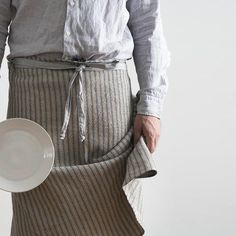 The ultimate and most useful cooking, cleaning, gardening apron/cloth for a man.… or a woman or anyone who appreciates a multi-faceted, multi-functional cloth. The Man Cloth will find a million uses in your home. Oven from pure cotton in an absorbent honeycomb weave Equipped with a hook for hanging and padded corners Comes in a range of manly greys that help to hide dirt and stains