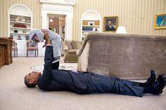 Obama juega con Ella Rhodes, la hija del asesor adjunto de seguridad nacional, Ben Rhodes.
