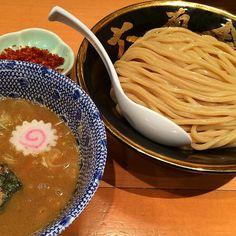 六厘舎@東京駅で辛つけめん どうしても六厘舎のつけ麺を食べたい友達の為に一肌脱いだぜ つけ麺の王者らしい力強い魚介豚骨にゴワゴワ麺の絡みが最高後入れの唐辛子で華やかに辛ウマモードへ何度食べても安定のウマさはさすがだね()そういえば東京駅の六厘舎に来るのは2012年のサマソニの時以来だったw #ラーメン#ramen#ラーメン部#つけ麺#tsukemen#魚介豚骨#鰹出汁#王道#東京駅#八重洲#tokyo#B級グルメ#名店#絶品#yummy by macaroni21