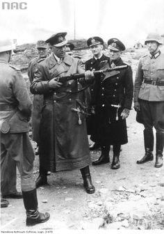 Admiral Otto Ciliax with other Kriegsmarine officers and Wehrmacht Heer soldiers, testing the with Schiessbecher rifle grenade, in Norway Military Photos, Military History, Disney Marvel, Norwegian Army, Ww2 Uniforms, Imperial Army, German Army, Historical Pictures, World War Two