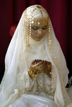 Love the head jewelery supposedly arabian THE BRIDE WEARS HIJAB: modest wedding dresses dresses arabic muslim brides bridal hijab Muslim Wedding Dresses, Wedding Attire, Wedding Abaya, Arab Wedding, Wedding Bride, Islam Wedding, Wedding Ideas, Niqab, Muslimah Wedding