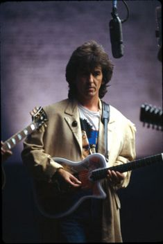 George Harrison playing a Traveling Wilbury Guitar whilst playing in the Traveling Wilburys. What a Cowinkydink George Harrison, Paul Mccartney, John Lennon, Liverpool, Ringo Starr, Great Bands, Cool Bands, Rock Music, The Beatles