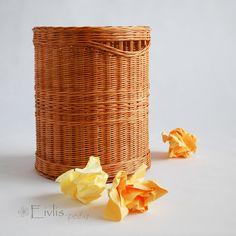 Kulatý box - koš na papír Koš z mořeného pedigu, dno MDF - dekor olše, lakován vodouředitelným lakem (vhodným pro hračky a potraviny). rozměry průměr 25cm, výška 30cm Koš může sloužit také k odkládání deštníků, výkresů, plánů či plakátů , jako koš na drobné prádlo (možno doplnit víčkem)... apod.... :)