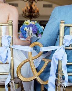 Que tal esse jeito lindinho de marcar as cadeiras dos noivos? Grudados que não se largam maaaais!!