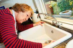 Bolius: Oldfruens fif til en ren køkkenvask Bruges, Diy Cleaning Products, Bath Caddy, Housekeeping, Sink, Bathtub, Bathroom, Drop, Home Decor