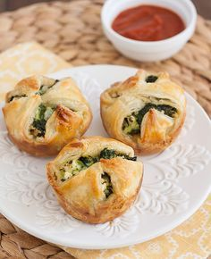 Spinach and Feta Puff Pastry Bites I love Spanikopita (though I don't make it, nor anything with filo). Now here's a recipe that looks easy... using PUFF PASTRY instead of FILO dough. Will be trying this out! http://traceysculinaryadventures.com/2013/11/spinach-and-feta-puff-pastry-bites.html#.UoY3YvnrwyM