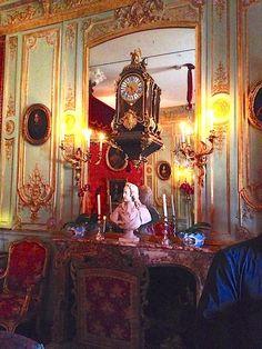 Champ de Bataille; la chambre de parade: entre de magnifiques boiseries de VERBERCKT, une cheminée d'un marbre exceptionnel d'époque Louis XV. De chaque côté, une paire de fauteuils de FOLIOT pour Mme de Pompadour. Un buste de Louis XV à 7 ans par COYSEVOX. Le roi fut représenté en buste par Coysevox à 2 reprises: à l'âge de 6 ans  (l'oeuvre se trouve  à la Frick Collection à New-York) et à l'âge de 9 ans (le buste se trouve à Versailles, dans les cabinets intérieurs de Louis XV).