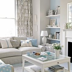 wohnzimmer helles interieur pastellfarben blau beige