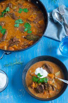 Det her er efterårsmad, som i rigtig hyggemad. Tag du blot skålen med over i sofaen, smæk benene op og pak dig ind i et tæppe. Retten her egner sig nok bedst på den måde. Jeg startede på retten 2 timer inden servering, så den lige når at stå og simre sig lækker. Jeg er … Crock Pot Food, Wok, Curry, Dinner Recipes, Food And Drink, Meat, Ethnic Recipes, Beverage, Drink