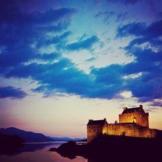 Castillo de Eilean Donan situado en una pequeña isla del mismo nombre que se alza a un lado del lago Duich al noroeste de Escocia Reino Unido. Qué bueno sería quedarse en un castillo como este durante unos días (y es posible). . Foto por Stainless Images .