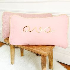 Name cushion ; Name pillow ; Personalized cushion ; Personalized pillow ; Embroidered cushion ; Embroidered pillow ; Coussin personnalisé ; Coussin brodé