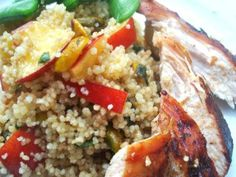 Couscous Salad with Nectarines and Pistachios: Couscous with Nectarine and Pistachio, served with grilled chicken and sugar snap peas Couscous Recipes, Couscous Salad, Salad Recipes, Eating Raw, Healthy Eating, Healthy Food, Dressing For Fruit Salad, Big Salad, Cauliflower Salad