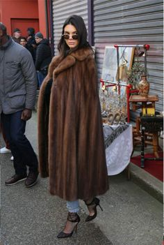 Fur Fashion, Winter Fashion, Womens Fashion, Kendall Jenner, Mink Fur, Mink Coats, Mini Skirt Style, Trench Coat Outfit, Capes