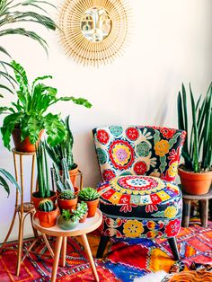 Colorful cozy nook with a great armchair and a small side table: What a great mix of Boho and Urban Jungle.