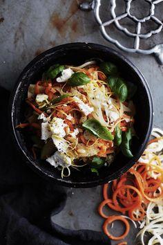 Nauhamaista juuresspagettia saat leikattua kuorituista porkkanoista ja palsternakasta juuresleikkurilla, perunankuorimaveitsellä tai juliennekuorijalla.