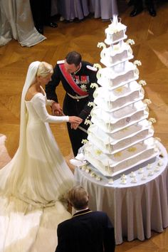 Wedding Cake Recipes Crown Prince Haakon and Crown Princess Mette-Marit of Norway had a seven-layer wedding cake. - Royal weddings are extravagant affairs, and the cakes are no exception. Here are 11 incredible royal wedding cakes from around the world. Royal Wedding Gowns, Royal Weddings, Wedding Dresses, Royal Wedding Cakes, Cake Wedding, Indian Weddings, Gold Wedding, Floral Wedding, Wedding Reception