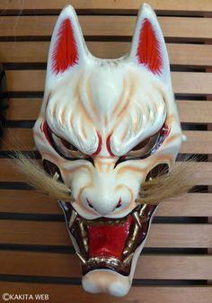 能・神楽で使う狐のお面。鬼のような形相が迫力あり!