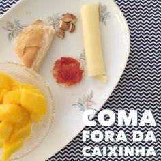 """#CaféDaManhã o último aqui no interiorrrrrr   Manga colhida do pé do quintal;  biscoito de arroz com goiabada caseira sem açúcar. pão francês com """"requeijão"""";  queijo mussarela;  amêndoa;  leite de aveia com banana e canela.   #ComaForaDaCaixinha e varie sempre no cardápio da sua família! Alterne as frutas os acompanhamentos! E o mais importante ofereça sempre o café da manhã para sua pessoinha!    #MaternidadeColorida #BlogMC #DicaMC #DicaDaNutri #AlimentacaoInfantil #AlimentaçãoInfantil…"""