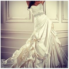 love this wedding gown!!