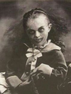 Creepy<< haha I legit have a Halloween decoration with this picture Creepy Kids, Creepy Dolls, Creepy Stories, Ghost Stories, Arte Horror, Horror Art, Horror Pics, Photo Halloween, Creepy Halloween