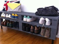 Shoe storage at a mini price or to do it yourself - orchidée blanche - - Rangement chaussu Pallet Furniture, Living Room Furniture, Home Furniture, Interior Design Living Room, Living Room Designs, Cheap Shoe Rack, Deco Cool, Pallet House, Shoe Storage
